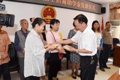 曲江区老促会举行2019年度革命烈士后裔助学金发放仪式  14名烈士后裔获助学金