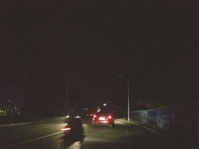 """市区盆景山公园及两侧道路路灯长期不亮  市民夜间出行""""心慌慌"""""""