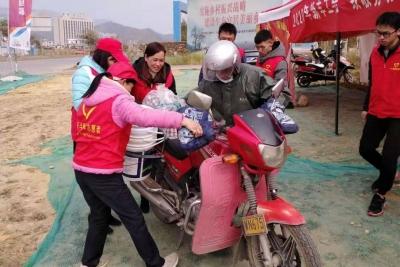"""青年志愿者情暖旅客回家路——我市""""暖冬行动""""春运志愿服务见闻"""