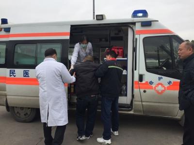 男子高速路上突发心脏病危在旦夕,服务区工作人员急伸援手及时送医