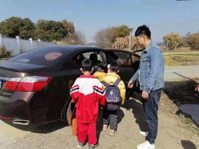 浈江交警部门查处一起交通违法行为严重超员 司机被处罚